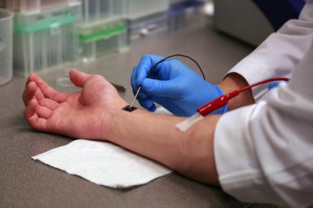 【Nat Nanotechnol】美国科学家创造一种电子晶片可在体重编程皮肤细胞以生长新的血管帮助伤口愈合 | 外泌体参与重编程